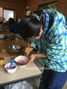 美しいおやつを作る本宮さん。すり鉢の溝に箸がピタリと入り大喜び