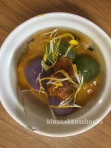 美しい雑穀ポンチ。よもぎ、紫芋のお団子タンポポの花、みかんジャム、原麦のプチプチ。