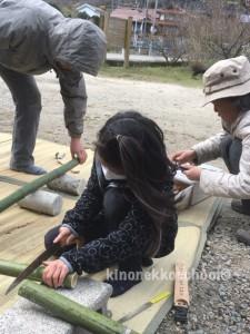 竹細工 のこぎりで手を切って、ミントで処置