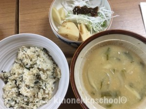 はるみちゃんがご近所さんから頂いたタケノコを持ってきてくれました。よもぎ菜めしや大根水菜サラダ