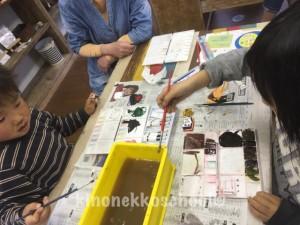パレットや筆洗いで色遊び