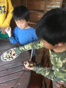 おやつは、作りたての干しブルーベリー入り焼き菓子。